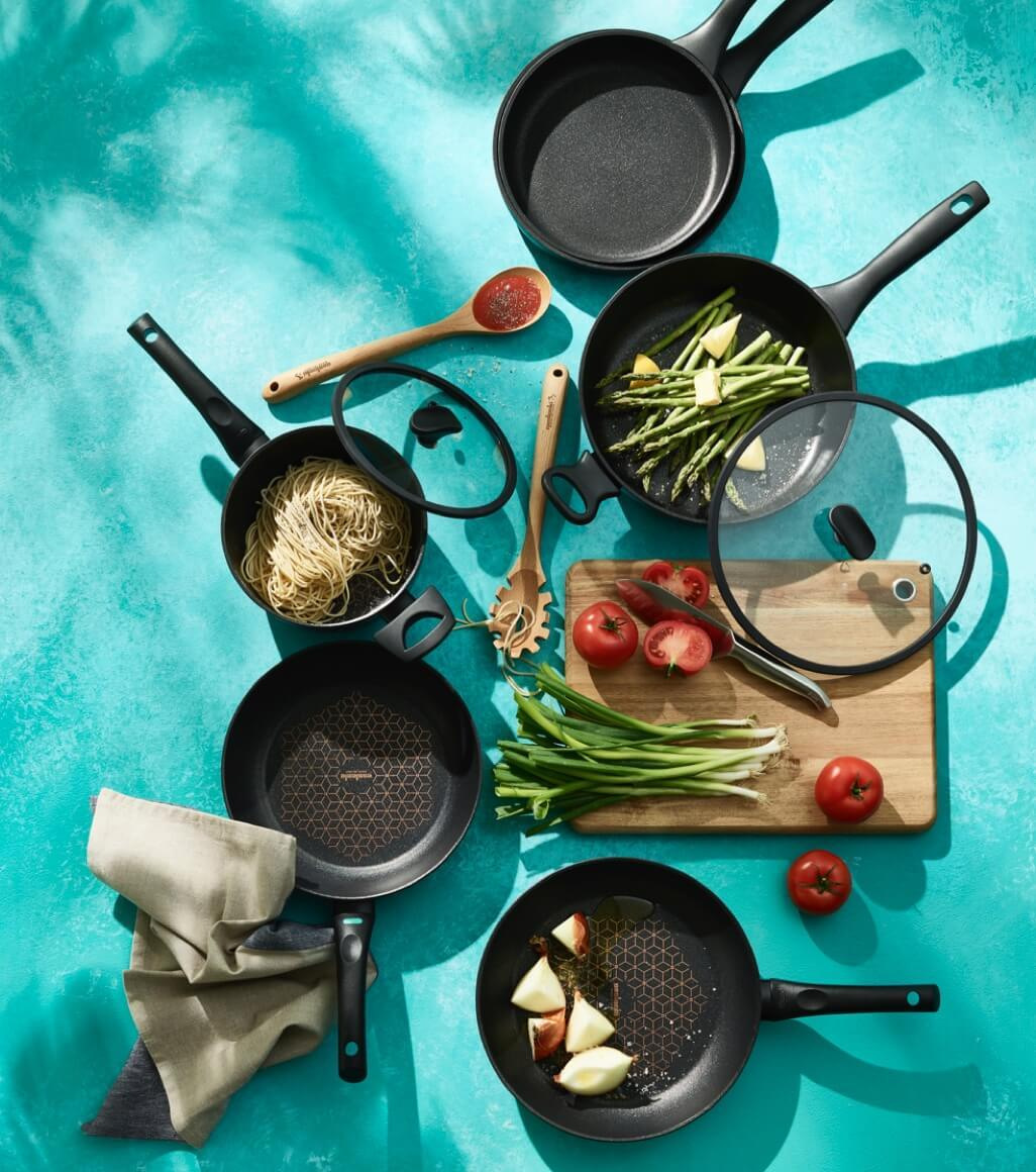 Set of anodised cooking pans
